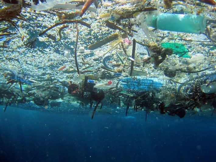 Souple de plastiques dans l'océan
