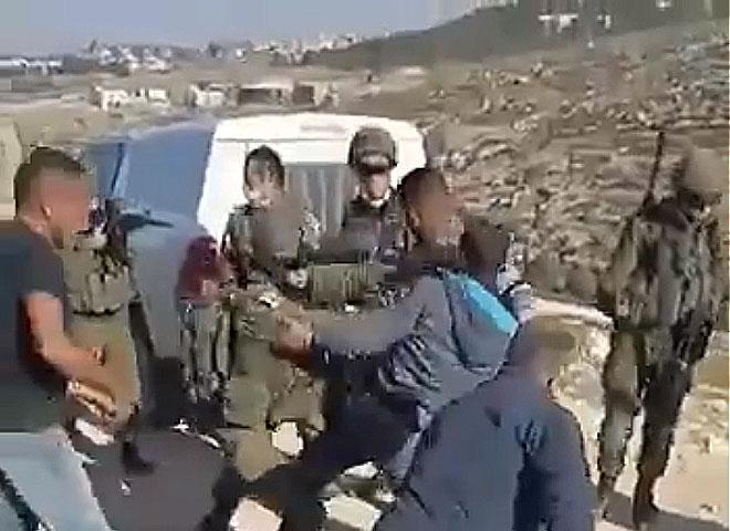 Un Palestinien tente de sauver son générateur électrique, l'armée israélienne lui tire dessus, il finit dans un état grave