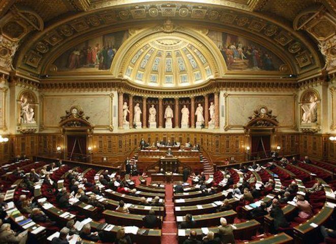 Le pass sanitaire définitivement adopté par le Parlement