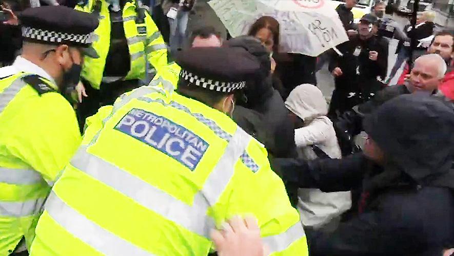 Royaume-Uni : des tensions éclatent lors d'une manifestation après la levée des restrictions repoussée de quatre semaines