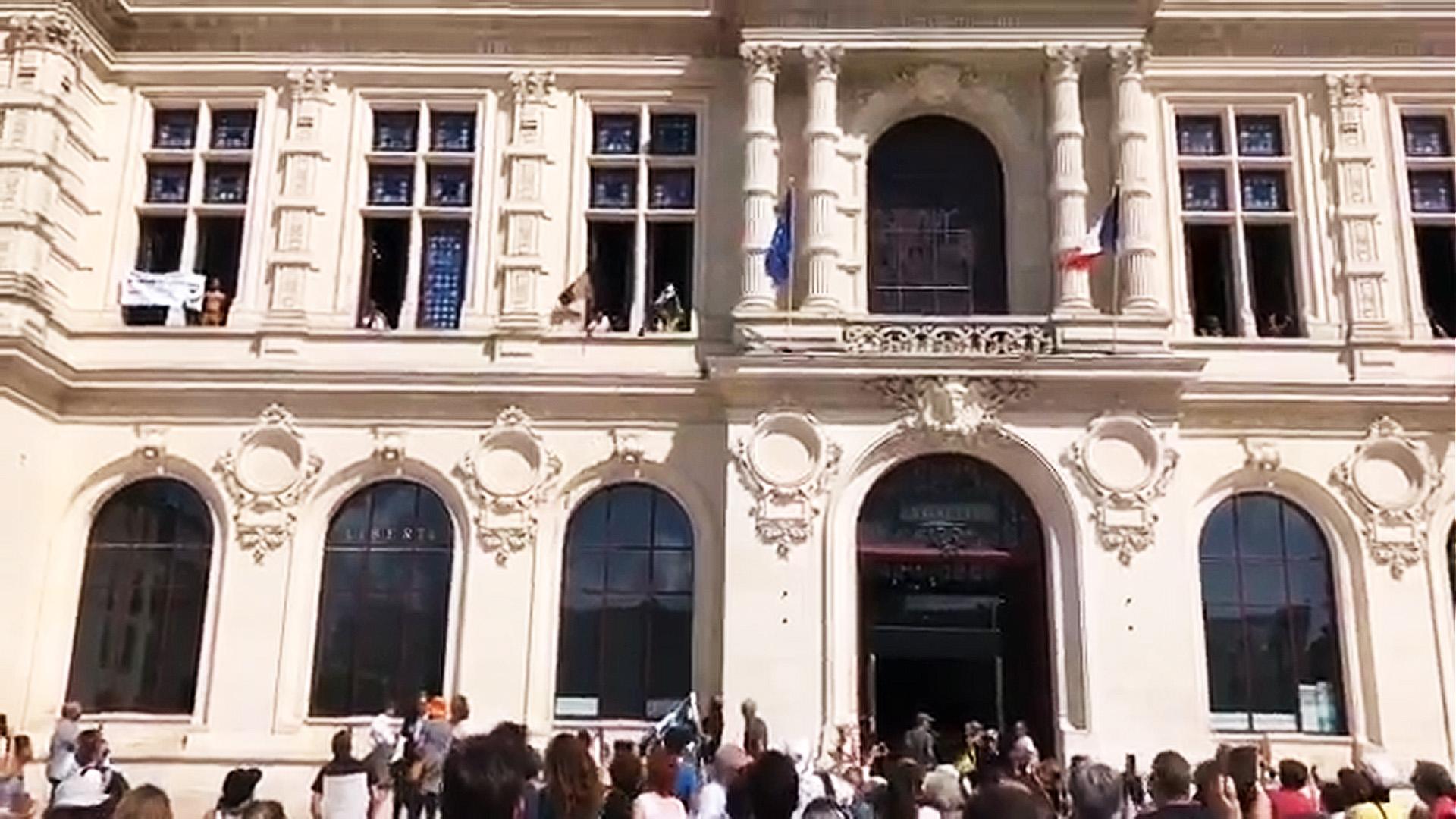 Hôtel de ville de Poitiers : le portrait du président Macron a été décroché, déchiré, puis jeté par la fenêtre